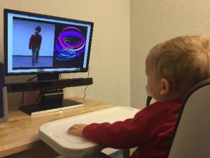 Autismus-Studie in Genf: Ein Kind schaut eine Filmsequenz, während das Gerät unterhalb des Bildschirms seine Augenbewegungen aufzeichnet. Uni Genf
