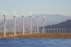 Windkraftanlage und Solarpanel in Kalifornien. Bild: Think Reaction