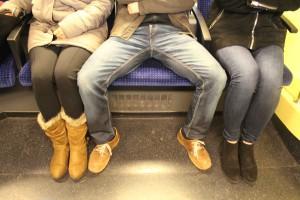Scitec Media - Männer, die breitbeinig im Zug sitzen