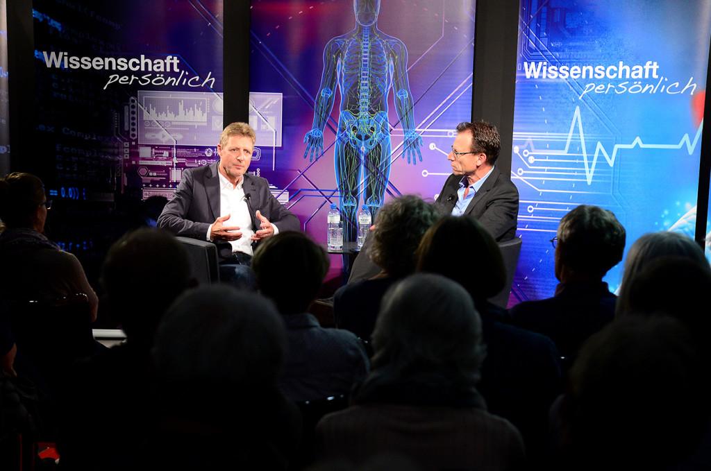 Winterthur Stadtbibliothek Neue Talk - Reihe : Wissenschaft persönlich . Gast bei Beat Glogger ist ETH - Professor Ernst Hafen Bild : MARC DAHINDEN 20.09.2016