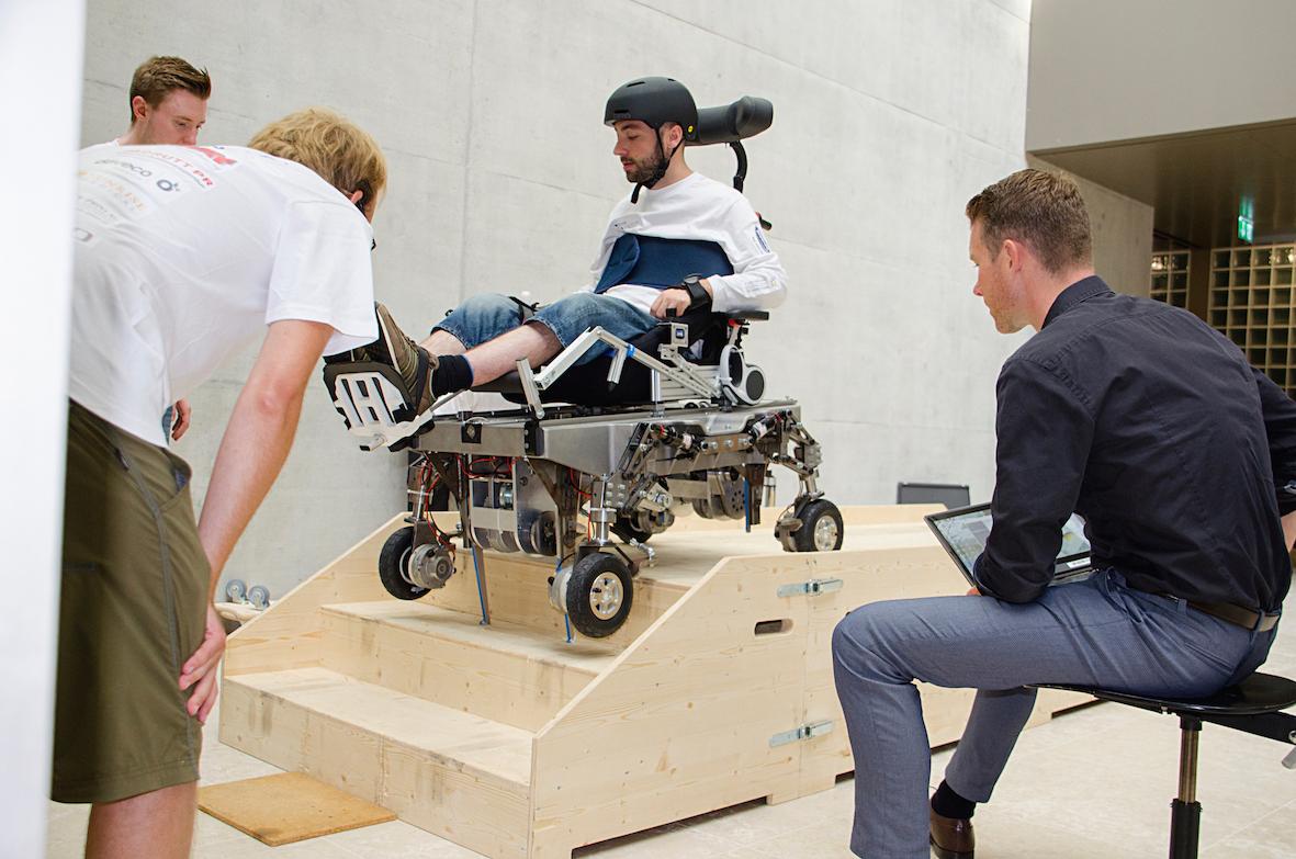 Cybathlon-Pilot Florian Hauser trainiert mit dem treppensteigenden Rollstuhl. Bild: HSR Enhanced