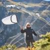 Jagd mit dem Kescher: Wissenschaftler der Uni Bern fangen Admiralfalter, die über den Col de Bretolet im Wallis gen Süden fliegen, markieren sie mit Filzstift – und lassen sie schliesslich weiterziehen. Bilder: René Ruis