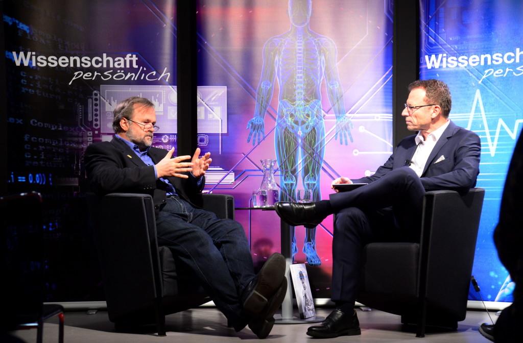 Der Glücksforscher Willibald Ruch (l.) im Talk mit Beat Glogger Bild : MARC DAHINDEN