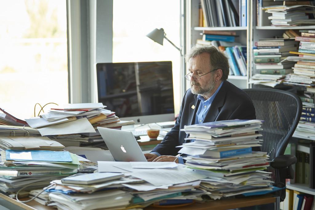 Vertieft: Beim Auswerten von Forschungsresultaten gibt es Momente, in denen der Persönlichkeitspsychologe Willibald Ruch alles um sich herum vergisst.Bild René Ruis