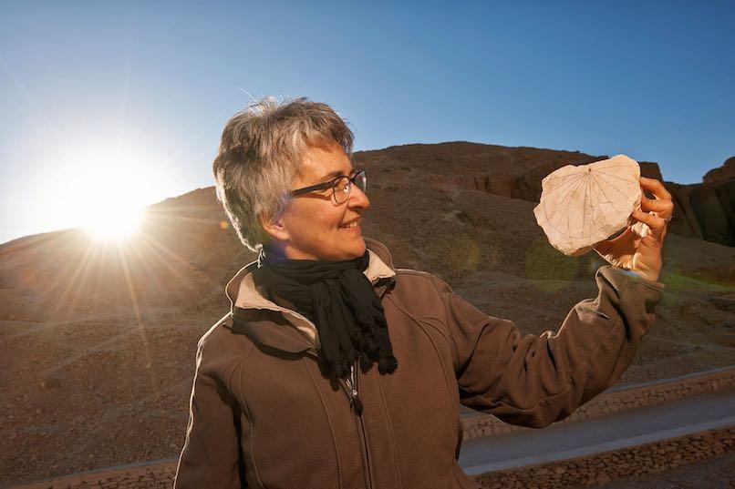 Die Ägyptologin Susanne Bickel entdeckte im Tal der Könige eine der ältesten Sonnenuhren der Welt. Universität Basel, M. Kacicnik.
