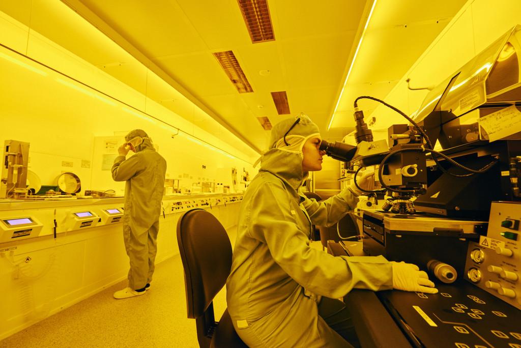 Im Reinraum von IBM Research in Rüschlikon arbeiten Forscherinnen und Forscher an neuartigen Computerchips – das gelbe Licht schützt die empfindlichen Materialien. René Ruis