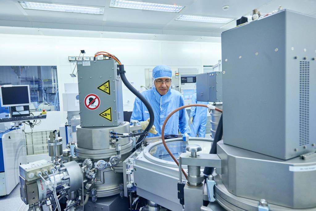 Durch den Ganzkörperanzug schützt Physiker Roland Germann seine Laborgeräte. - René Ruis