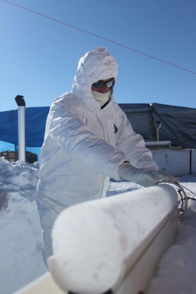 Eisiger Bohrkern in Grönland. Bild M. Sigl