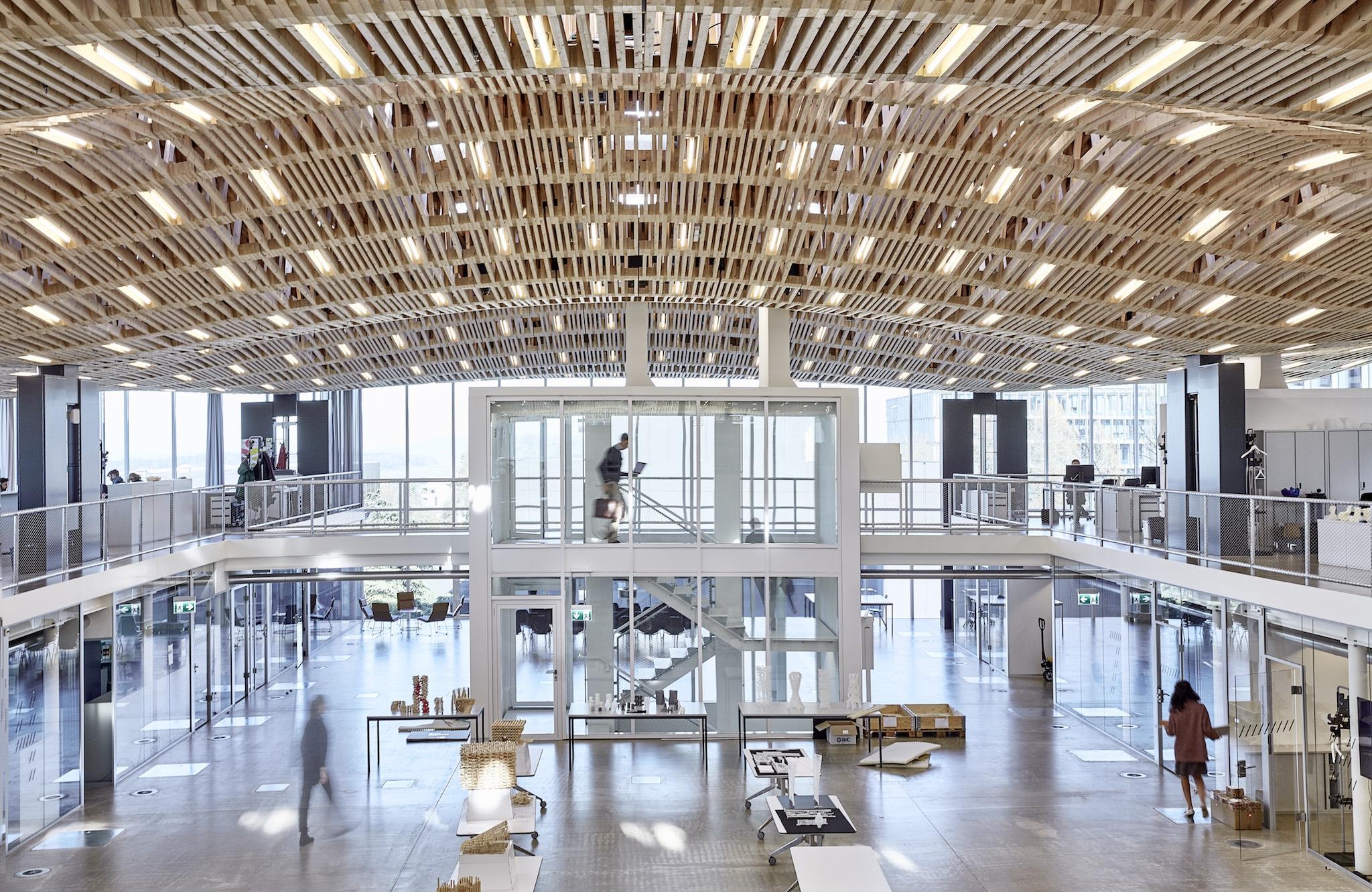 Neue Technologien: Für dieses Holzdach haben Roboter rund 50 000 Holzlatten zusammengenagelt. Das Bauwerk erstreckt sich über ein Forschungsinstitut der ETH Zürich.Bild Andrea Diglas, ITA, Arch-Tec-Lab AG